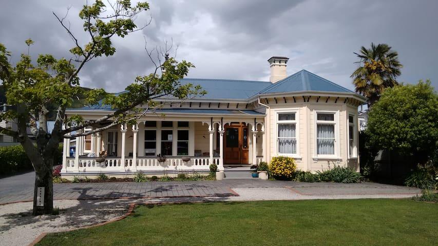 Collingwood Manor, Nelson City, NZ sleeps 3.