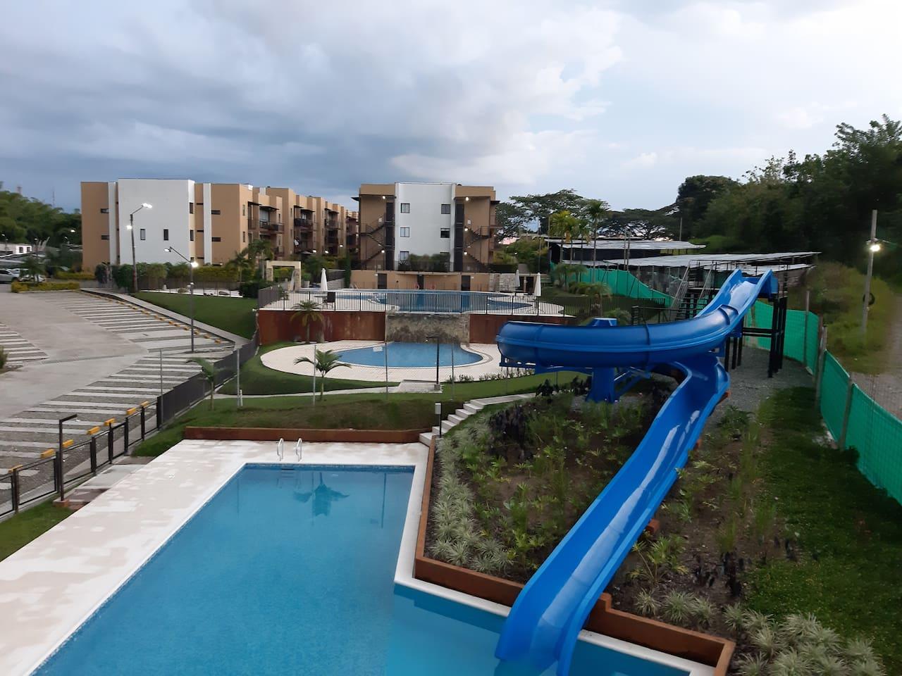 Tres piscinas con tobogán y jacuzzi.