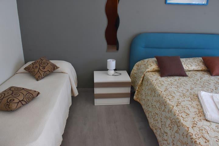 Camera da letto matrimoniale con letto singolo
