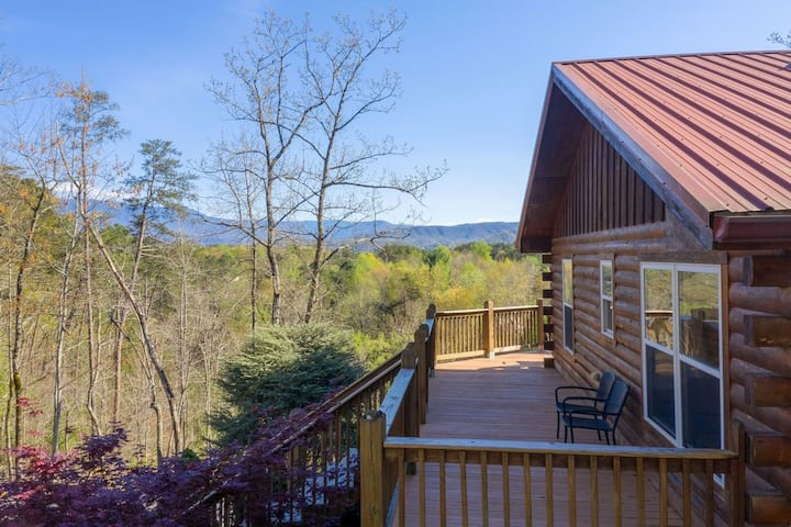 *New* PRIVATE, next to DOLLYWOOD & mountain VIEWS!