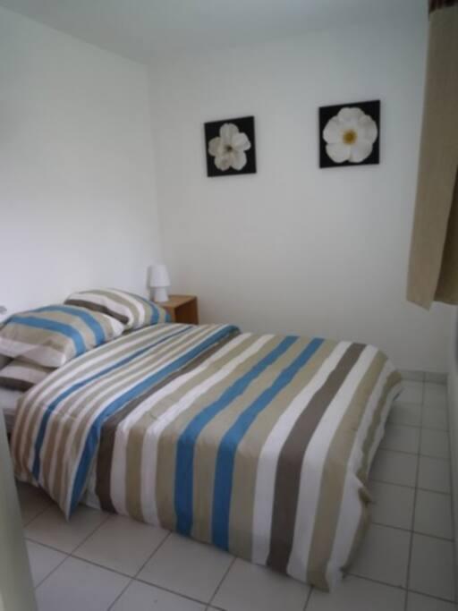 Chambre avec lit double (linge de lit non fourni, peut être loué)