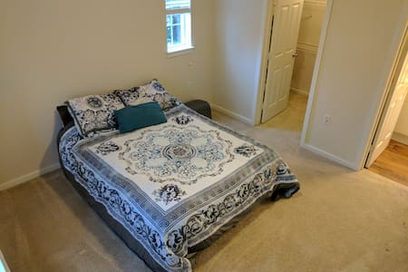 Private Master Bedroom Suite near Airport - Renton - Flat
