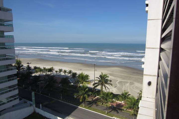 Lindo apartamento-Condomínio de frente para o mar