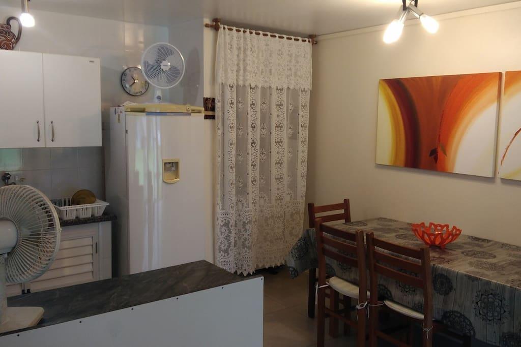 Cozinha, mesa e corredor