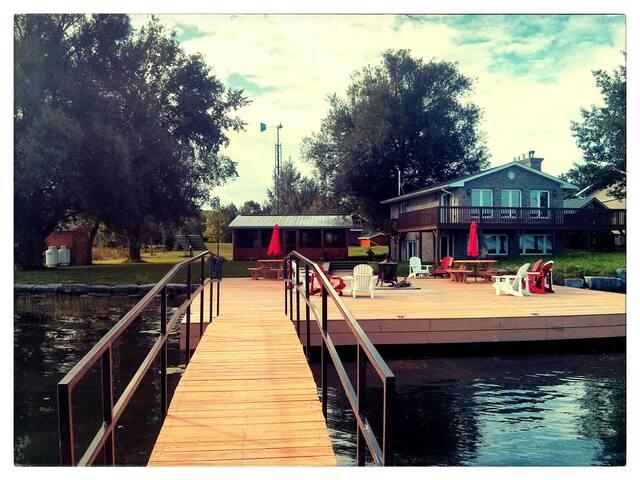 Waterfront Bunkie Retreat @ Hideout on Howe - Gananoque - Blockhütte