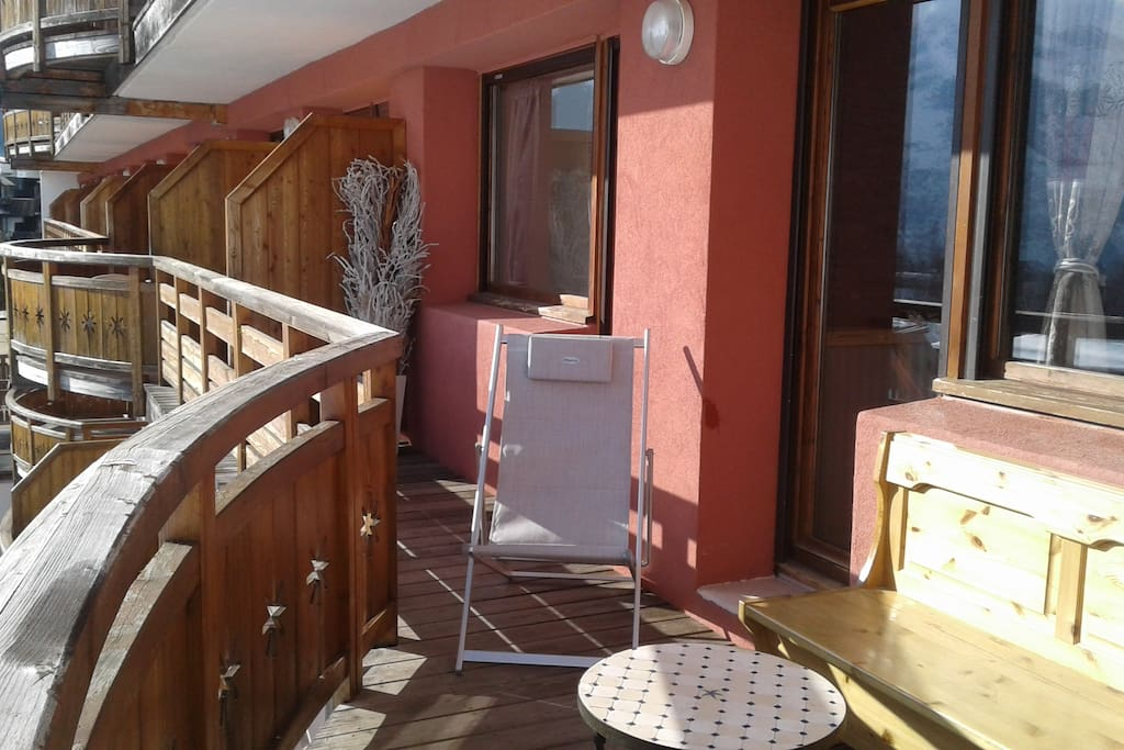 Bronzer sur le balcon