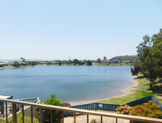 STUNNING LAKE HOUSE - ONLY 1KM TO THE BEACH - Burleigh Waters