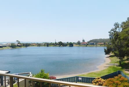 STUNNING LAKE HOUSE - ONLY 1KM TO THE BEACH - Burleigh Waters - Townhouse