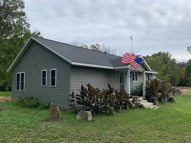 Cute farm cottage just minutes from downtown Dells