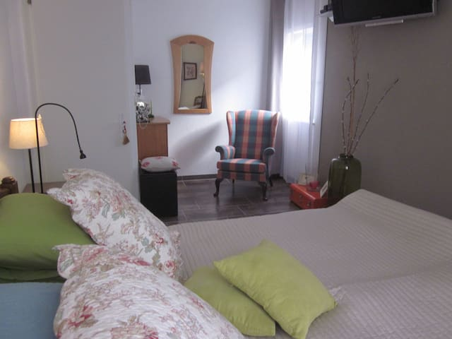 Spacieuse et confortable chambre - Martigny - Bed & Breakfast