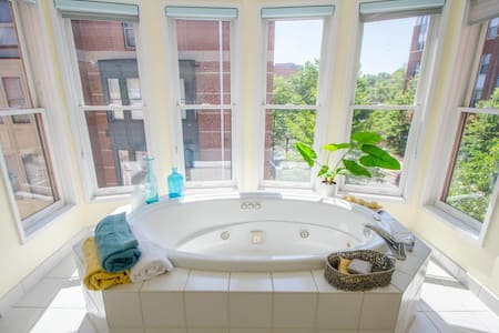 SUNNY LUXURY SUITE w/VIEW & HOT TUB - Townhouse