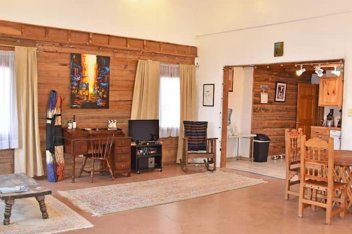 Private Studio, Kitchen, Bath 0.5 Miles to Plaza