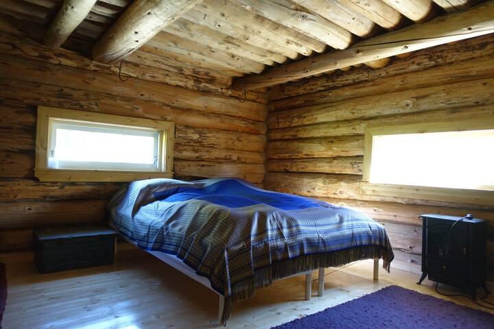 Stor stue med dobbeltseng.