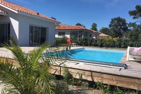Aile de maison avec piscine à deux pas du lac - Huis