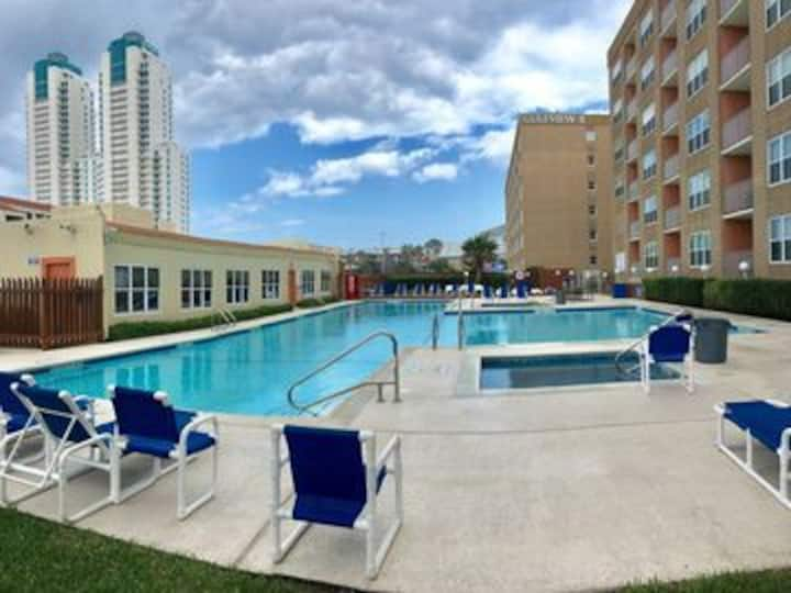 Luxe 1 bedroom Condo *Walk to Beach * Great Pool