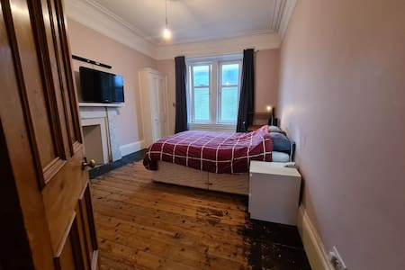 Spacious West End double bedroom