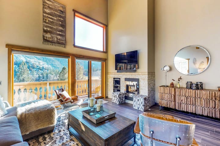Experience lake & mountain views from this well appointed home w/ shared hot tub