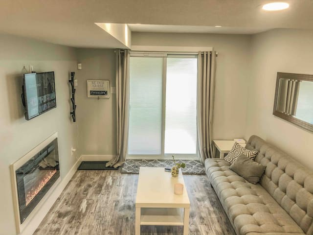 Beautiful Private 1BR Unit Near Highway 401