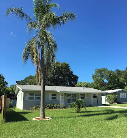 Bright and cozy pool house 7 min to beach - Seminole