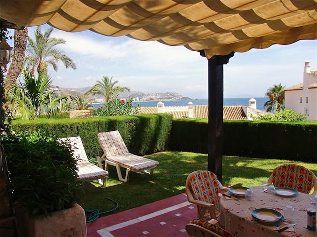 Quiet apartment close to the beach and port.
