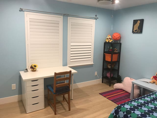 Charming Remodeled Room, Prime Location
