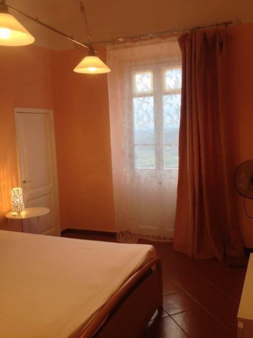 finestra della camera con porta del bagno
