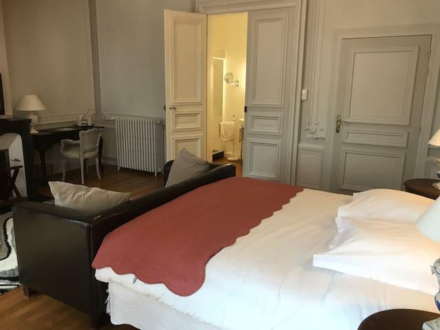 Suite familiale hôtel particulier nouvelle-aquitaine limousin princesse salle de douche italienne tv wifi baroque