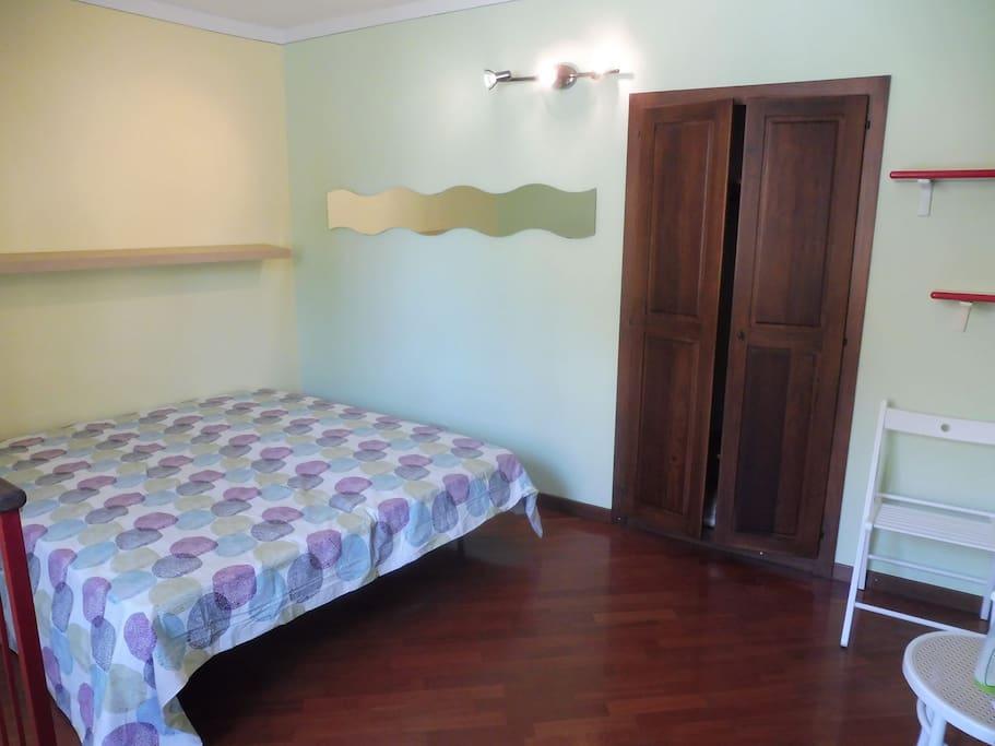 Camera da letto con armadio a muro al primo piano