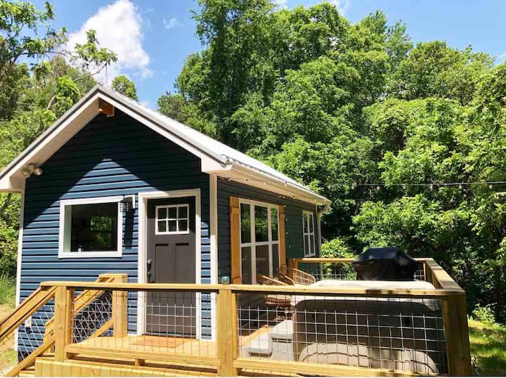 Super cute tiny house! 20 minutes to downtown!