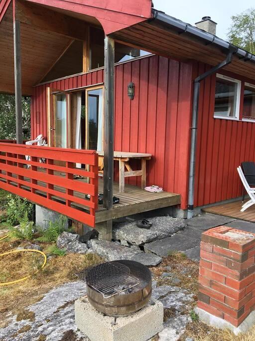 Terasse med hagemøbler og mulighet for å grille