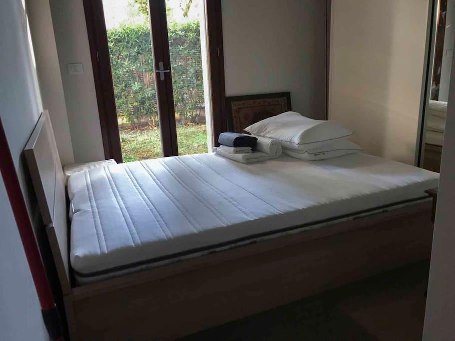 Camera da letto nuova di pacca da una piazza e mezza con materasso di lattice , vista giardino.