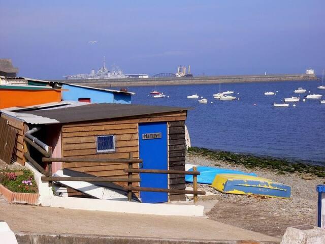 Le petit port typique de maison blanche avec ses cabanes de pécheurs colorées