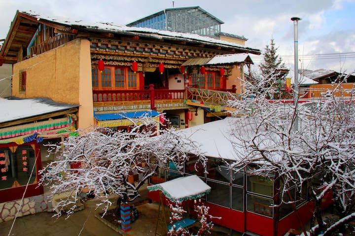 老藏房卓玛标准房(Tibetan  twin bed) - Deqen - Rumah