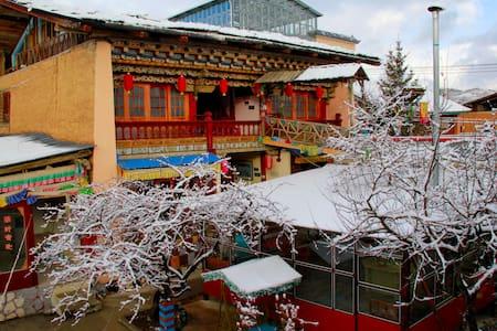 老藏房卓玛标准房(Tibetan  twin bed) - Deqen - Huis