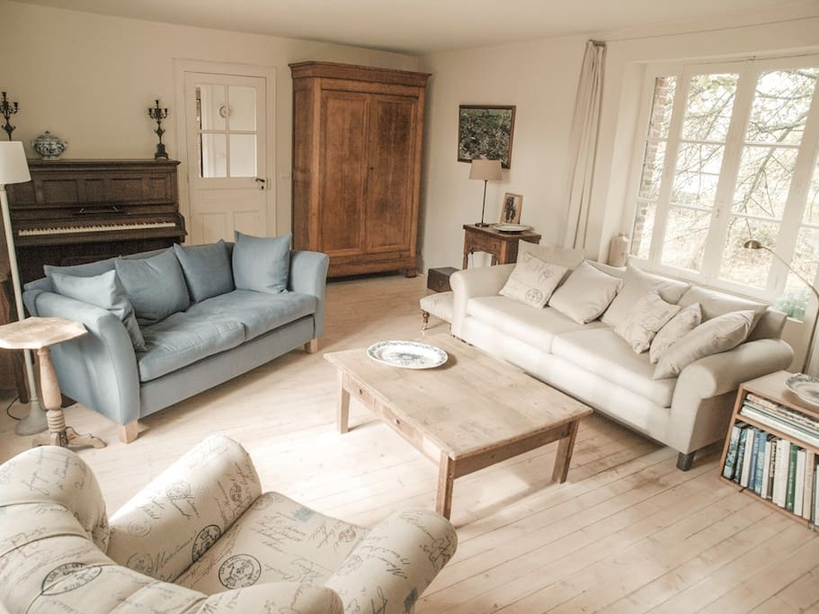 The house has a charming living room, an ideal place to read a book, play the piano, listen to some music or enjoy a movie.