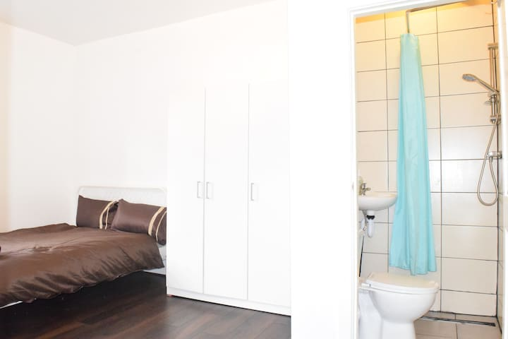 No6. King room private bathroom B&B town centre