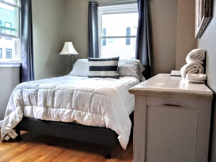 Mins to Downtown/Seaport/BCEC with a private bath!