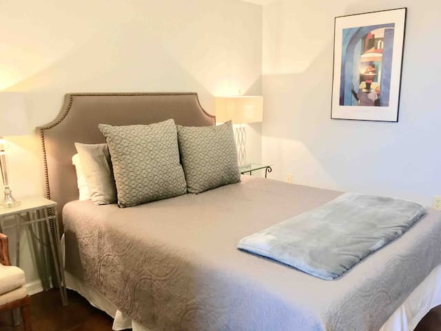 BR with Queen size mattress, very comfortable linen, and plenty of soft pillows !!