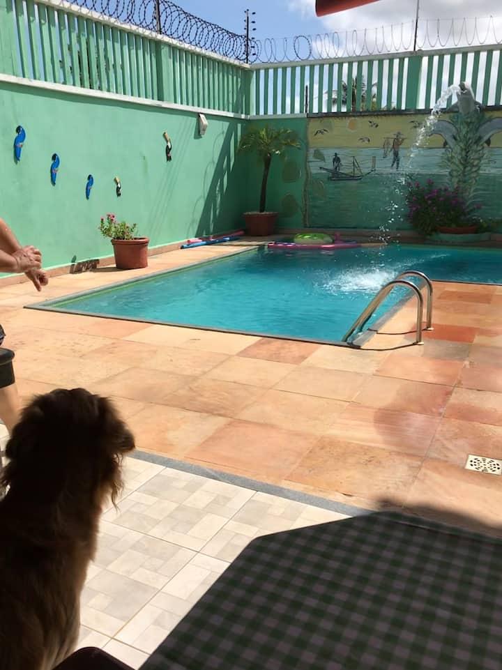 Casa ampla  arejada com piscina .