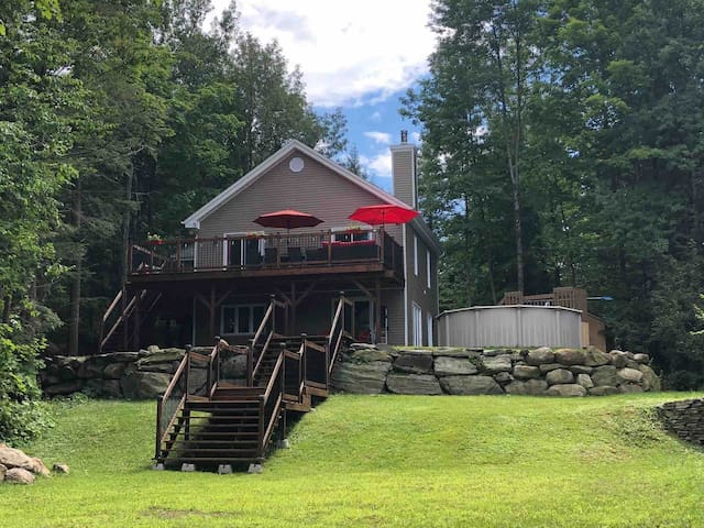 Large cottage/ lac brome/ ski season or summer fun