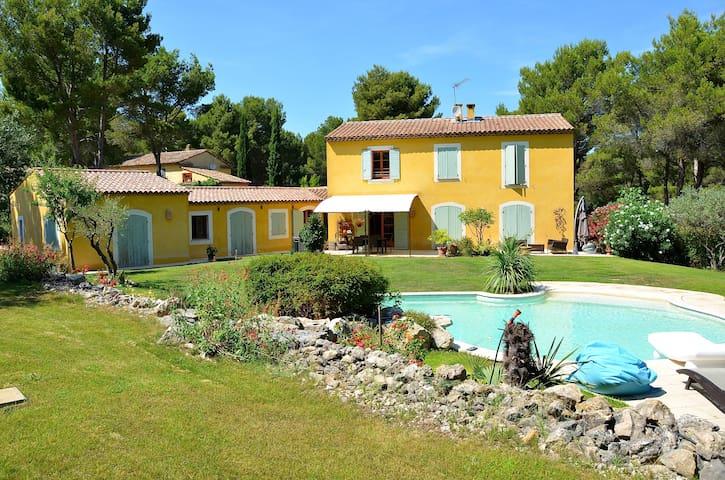 Mas avec piscine à 15 mn d'Aix en Provence - Ventabren - Huis