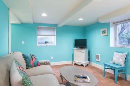 Cozy private floor in trendy neighborhood!