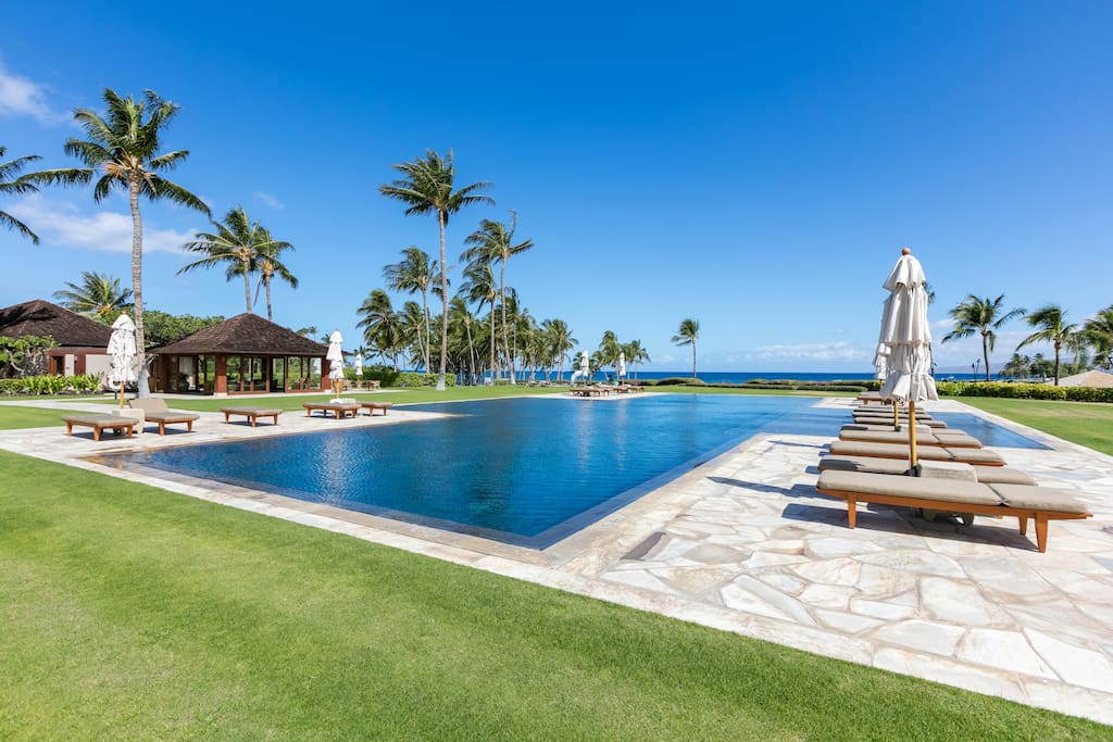 Pauao Beach Club - walk to luxury private pool, fitness all overlooking beach