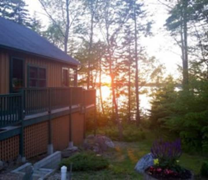 Waterfront Cottage minutes from Acadia