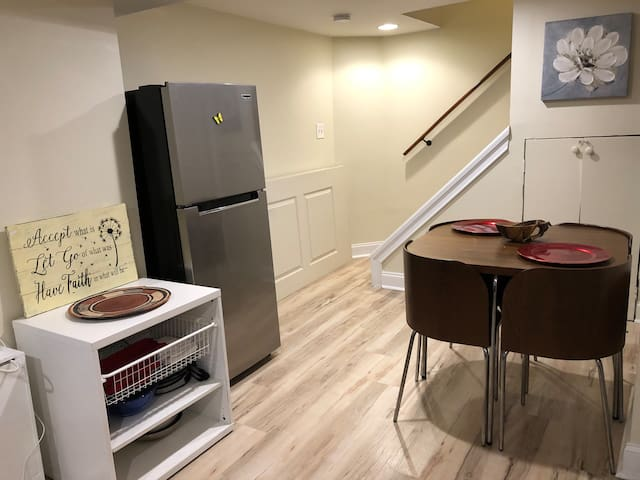 Cozy Long or short term stay, affordable, metro!