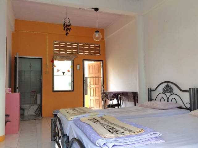 Private Shiny room with balcony and shower room - Bangkok - Apartemen