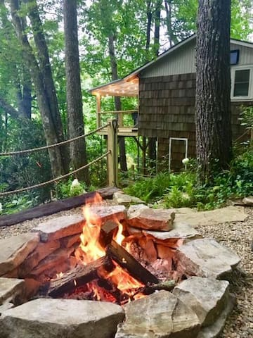 Mountain Laurel Tree House!  Highlands! 1 mile to Main Street WINTER RATES
