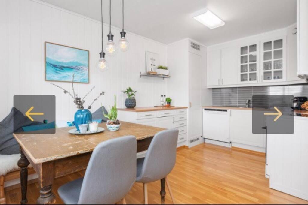 Kjøkken med kjøleskap og komfyr