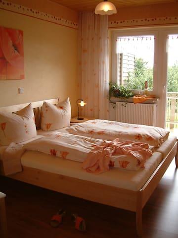 Whg Mohnblume, Elternschlafzimmer mit Zugang auf Balkon
