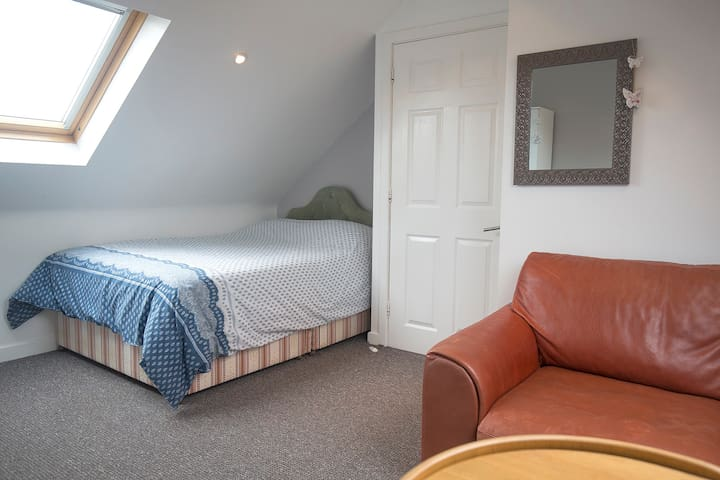 Cosy room/WIFI/parking - easy to airport & centre
